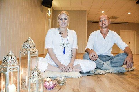YOGA: Nina Andersen og Gjermund Skullerud Næss tilbyr Kundalini Yoga på Løken og Bjørkelangen. Foto: Anne Enger Mjåland