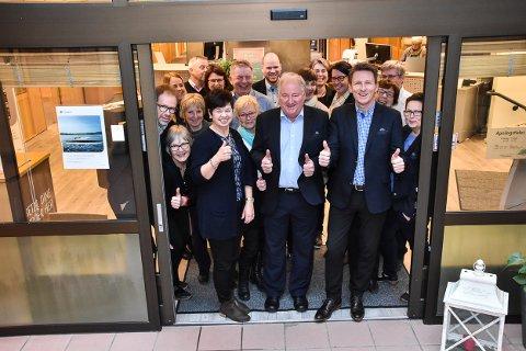 TIL TOPPS: Høland og Setskog Sparebank har gått til topps blant Eika-bankene. I midten foran:  Forsikringslederne Kjell Sæther (t.v.) og Jørn-Erik Sether sammen med glade kollegaer.