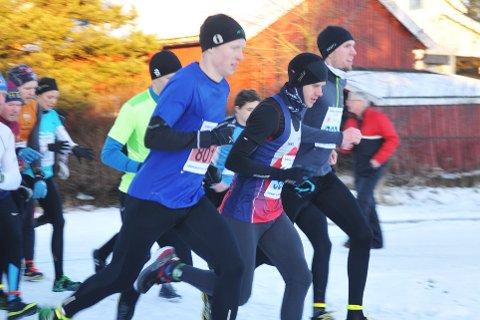 DUELLEN ER I GANG:  Kampen om seier i lørdagens løp i Vinterkarusellen på Bjørkerlangen sto mellom Mads Waaler (startnr. 801) i blått nærmest og fjorårets norske maratonmester Frode Stenberg (ved siden av i blått, rødt og hvitt).