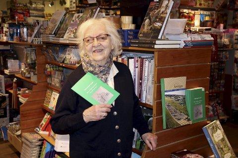 GLEDE: Hillveig Hallaren gleder seg over at den første diktsamlingen hennes er stilt ut på Libris på Sørumsand.Foto: Torill Funderud