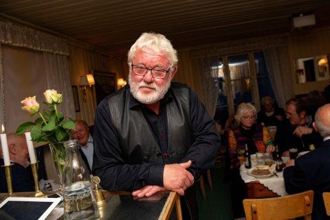 En tydelig rørt hedersgjest, Helge Njaa.
