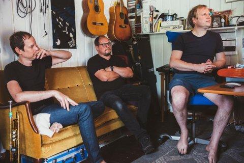 I STUDIO: Ole Johannes Åleskjær (t.h.), Håvard Krogedal og Gary Olson i førstnevntes studio i Tangenbakken på Setskog. FOTO: PRIVAT