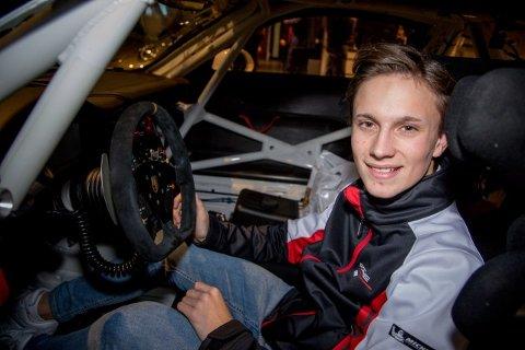 Porsche-jakka er på, og Emil Heyerdahl prøvesitter tilsvarende cockpit som han skal tilbringe 2019-sesongen i. Karrieren tar nå en ny vending for «Bilsporttalentet 2018».
