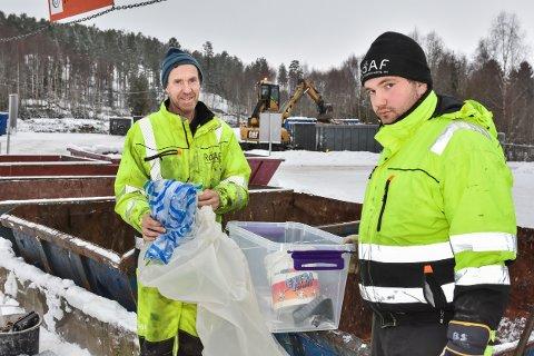 VEILEDER: Hans Lomsnes (t.v.) og Kevin Sterner ved ROAF Aurskog-Høland gjenvinningsstasjon bruker mye tid på å veilede kundene om avfallssortering.