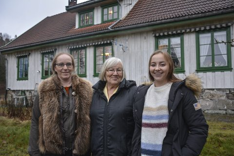 Glede: Vigdis Sundby Farstad (t.v.) overtok Østre Enger 1. oktober, og flyttet inn med  datteren Veronika Sisilie. Mamma og mormor Grethe Sundby gleder seg med dem. Alle foto: Anne Enger Mjåland