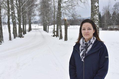IKKE LIKE STASELIG LENGER: – Bjørkealleen er råtten og må hugges ned, forteller daglig leder Bente Sveum ved Eisverket. FOTO: ROGER ØDEGÅRD
