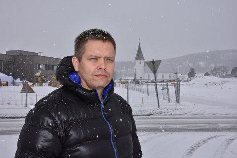 FRYKTER KAOS: Rune Skansen (KrF) synes det er uheldig at skolebusser og foreldre skal benytte veien inn til Bjørkelangen kirke til av- og påstigning.