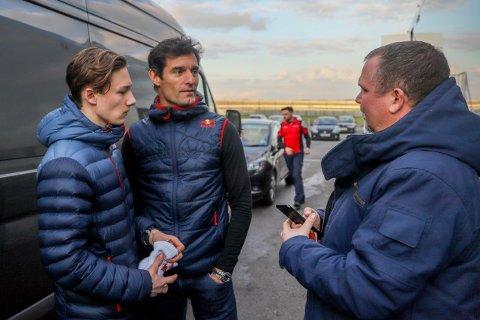 Dennis Hauger og pappa Tom Erik sammen med Mark Webber.
