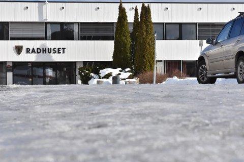 SKØYTEBANE: Det er glatt utenfor rådhuset på Bjørkelangen. Foto: Øyvind Henningsen