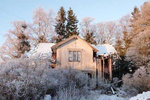 FALLEFERDIG: Det er to bolighus på gården, i tillegg til låve og et uthus. Dette huset er helt falleferdig. Foto: Akriv Eiendomsmegling