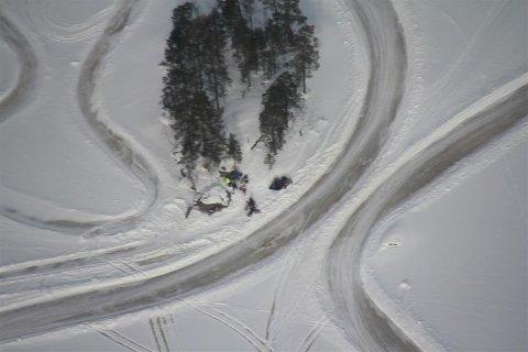 Avslørt: Fra småflyet fotograferes iskjørerne på Lyseren i Søndre Høland. Fra flyet meldes kjøringen inn til politiet, som aksjonerte på søndag. Foto: SNO