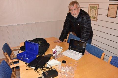 Kjell Roar Nygård ved noen av gjenstandene som ble funnet i og utenfor bygget, samt andre steder på Bjørkelangen.