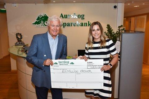 Aurskog Sparebank har så langt i år delt ut gaver for til sammen over 1 million kroner. Adm. banksjef Odd Nordli og markedssjef Helene Enger Skjønnhaug.