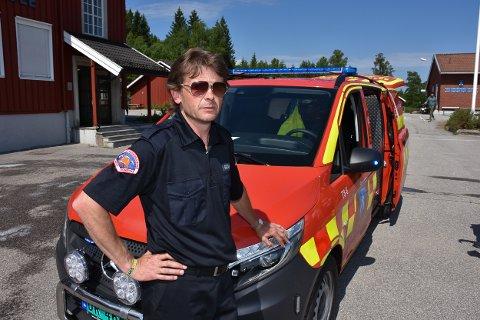 Utrykningsleder Gunstein Arnesen i Rømskog brannvern er svært fornøyd med at ny brannbil er på plass.