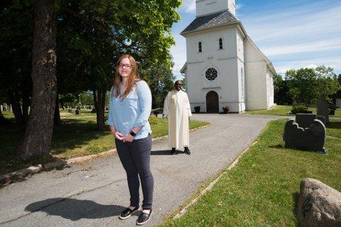 Mange muligheter: Vordende brud Hanne Christine Fossedal og menighetsprest Onesimus Jalata-Nagari i Skårer menighet påpeker at det er mulig å gifte seg uten å bli ruinert.