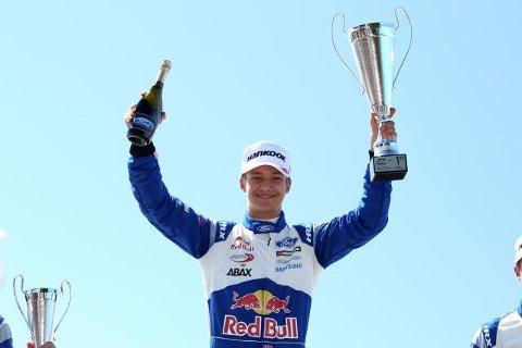 Dennis Hauger etter seieren på første løpet i Snetterton. (Foto: Dutch Photo Agency/Red Bull Content Pool)