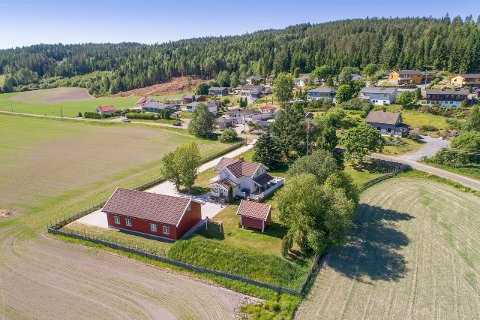 Småbruket på Lierfoss ble solgt etter kort tid. Foto: EiendomsMegler 1
