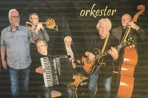 COMEBACK: Rolf Erik Syversen (med gitar) er tilbake på Bjørkelangen, nå med sitt eget orkester.