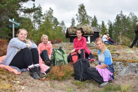 Marte Kolstad (t.v.), Karoline Robertsen, Andreea Stancui og Sanna Bernhus Aamodt tar en velfortjent pause etter å ha vandret i fem timer.