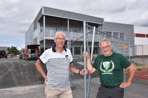 Bjørkelangen SFs nye klubbhus på 900 kvadratmeter er ikke ferdig, men BSF har allerede planer om å bygge på 400 kvadratmeter. Dugnadssjef Jostein Kopperud (t.v.) og daglig leder Kjell Roar Nygård.
