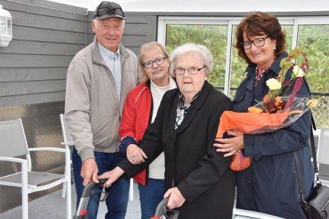 STOR GAVE: Unni (t.h.) og Terje Gimle donert penger til en paviljong ved Aurskog sykehjem. Det setter sykehjemsleder Elisabeth Rye og beboer Inger Malnes stor pris på.