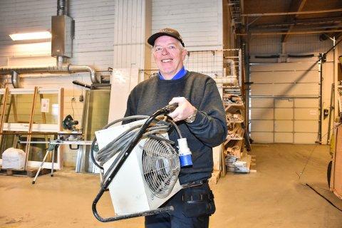 Åge Sørlie (56) smiler om kapp med sola, strålende fornøyd med å ha fått jobb hos Bygg Med Oss AS på Bjørkelangen.