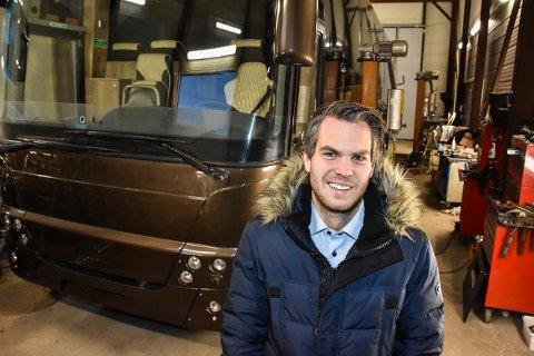 OVERRASKET: Daglig leder Espen Husvik er overrasket over at ingen lokale mekanikere søkte på den ledige jobben hos Bussexperten AS på Fosser.