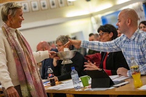 Steinar Ottesen (t.h.) leverte sin stemme til kommunedirektør Inger Hegna da det nye kommunestyret i Aurskog-Høland gjennomførte en håndfull valg på mandag. 14. oktober er det tid for nye valg når utvalg, råd og instanser skal bekles.