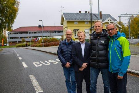 TRENGER BUSS: Ei ny bru over Glomma vil ha lite for seg uten et godt busstilbud. Det mener fra v. Per Mathisen, Stian Skageng, Terje Asak og Dan Rosenberg i Fet næringsforening.