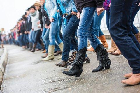 TAKTFAST: Linedance er ett av innslagene da Søndre Høland IUL ber inn til countryfest i Søndrehallen lørdag.