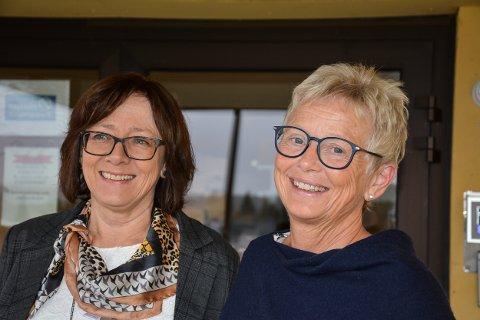 JUBILANT: May-Britt Westreng (t.v.) og Kristin Tønneberg Slupstad blir 60 år på samme dag. Her er de samlet på trappa til Hemnes sykehjem, hvor de begge ble født.