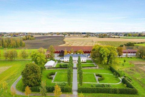 MEKTIG: Historiske Staur gård i Stange.