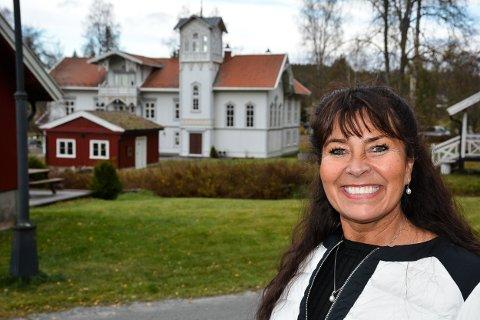 TRIVES: Wenche Westreng har flyttet inn i hovedhuset sammen med ektemannen Sigbjørn. De velger å holde deler av godset åpent for publikum.