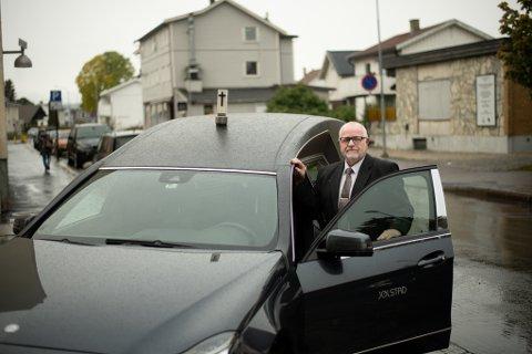 Annerledes før: Gravferdkonsulent ved Jølstad i Lillestrøm, Torleif Clausen Hjellødegård, mener respekt i trafikken har endret seg.