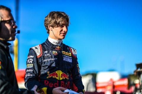 16 år gamle Dennis Hauger kjører formel 4 og kan gå til topps i det italienske mesterskapet om han får fem poeng mer enn sin argeste konkurrent søndag. Foto: redbullcontentpool.com