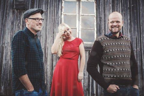 HVIT GLEDE: Trond Johansen (t.v.), Elin Glende og Lars Tormod Jenset i Åkerland hyller snøen på sin siste singel.