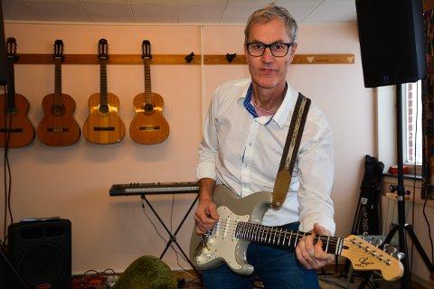 Kristian Eng liker godt å undervise i musikk, i tillegg til den administrative jobben han har på skolen. Her i øvingsrommet han har innredet i det gamle kontoret til skolelegen.