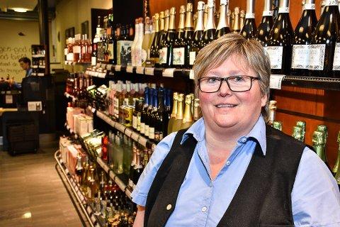 BOBLER AV GLEDE: Liv Torhild Lorentzen er polsjef på Vinmonopolet på Bjørkelangen. Hun gleder seg over økt omsetning.