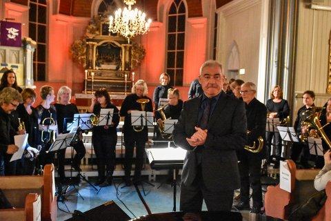 Geir Musum takker av etter å ha  dirigert RSS Brass i en årrekke. Her i Løken kirke like før jul i fjor.