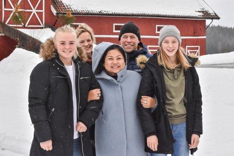Warawan Chalermot fra Thailand, , bedre kjent som «A», bodde i Søndre Høland mens hun var utvekslingselev på Bjørkelangen videregående skole for 30 år siden. Siden har hun vært en del av familien. Fra venstre: Johanne Kolstad, Cathrine Brekken Kolstad, Warawan Chalermot, Ole Jørgen Kolstad og Tora Mathilde Kolstad.