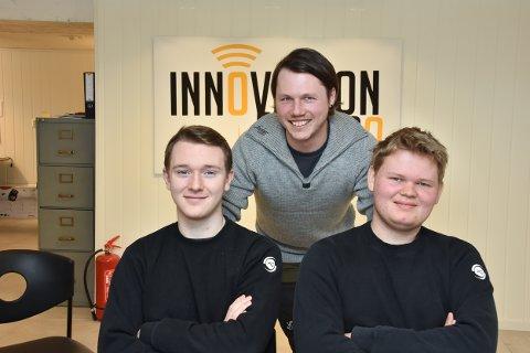 Knut-Inge Krogstad Hvesser i Innovasjon elektro AS er glad for å ha unge ansatte med på laget. 18-åringen Ruben Tuverud Jensen (t.v.) er ny lærling i bedriften, mens Anders Østreng (20, t.h.) har fått fast jobb etter å ha vært lærling.