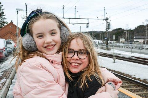 Johanna Bjørge Nerheim (11 år på onsdag) og Nanna Nielsen (t.h.) reiste til Oslo fra Rånåsfoss stasjon fredag formiddag for å demonstrere sammen med flere tusen andre barn og unge i Oslo. Foto: Anne Enger Mjåland