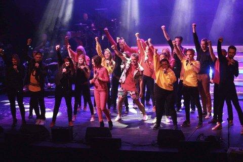 Rømskog-sangerne tok en sterk tredje plass i Det siste kommuneslaget i Indre Østfold. Øystein Heggedal i midten, med shorts og dressjakke à la fjernsynets prøvebilde fra forrige årtusen.