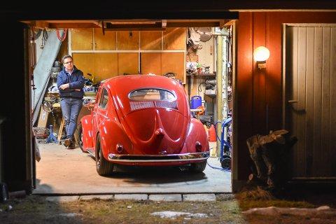 Bjørnar Holmedals 1955-modell Volkswagen, trygt plassert i garasjen.