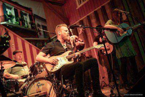 TIL SKANSEN: Amund Maarud (t.v.), Malin Pettersen og bandet Lucky Lips.