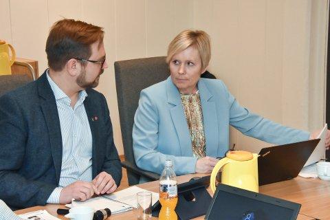 KLARE TIL KAMP: Ordfører Roger Evjen og rådmann Inger Hegna. I tillegg er Rune Jørgensen (Frp) med i forhandlingsutvalget fra Aurskog-Høland.