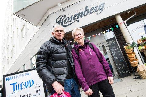 Tok turen: Ekteparet Hans Konrad Dalbak og Anita Holmen Dalbak fra Aurskog besøkte Den lille matfestivalen på Lillestrøm Syd lørdag. Foto: Vidar Sandnes