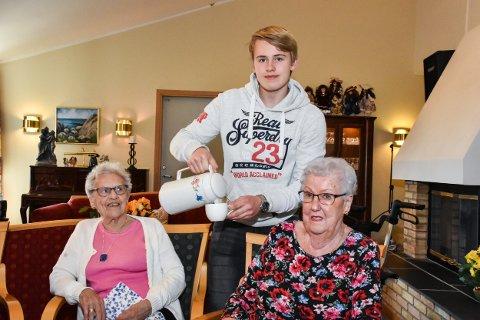 Victor Tønneberg (15) skjenker kaffe til Sigrunn Basmoen (t.v.) og Eva Sørås.
