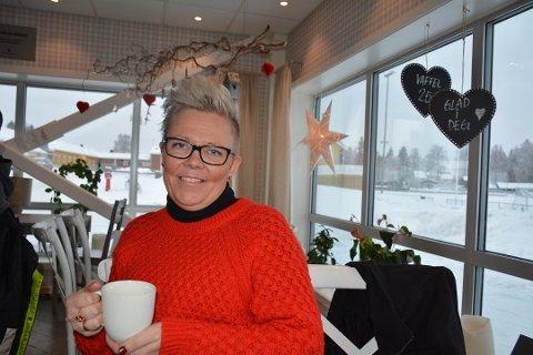 Det var pepperkakehjerter i vinduene og god julestemning i kafeen i Søndrehallen da Stine Mathea Nærby fortalte at hun hadde sagt ja til å stå på lista til Aurskog-Høland Arbeiderparti foran kommunevalget. Nå blir det ikke noe av.