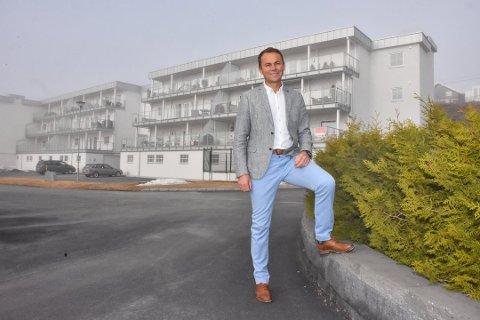SUPERSELGER: Kenneth Sverre er en av eiendomsmeglerne som i høyeste grad bidrar til gode resultater i Aktiv Eiendom. Her er han avbildet foran de nye leilighetene i Skattumlia på Løken.